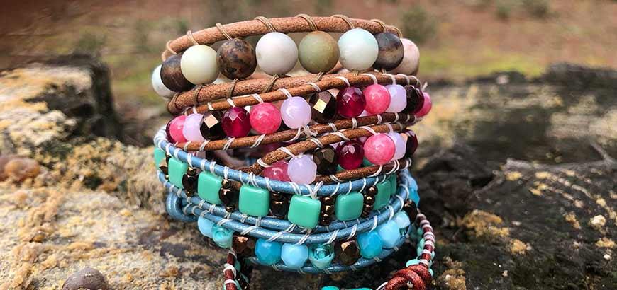 Varias pulseras tipo chanluu