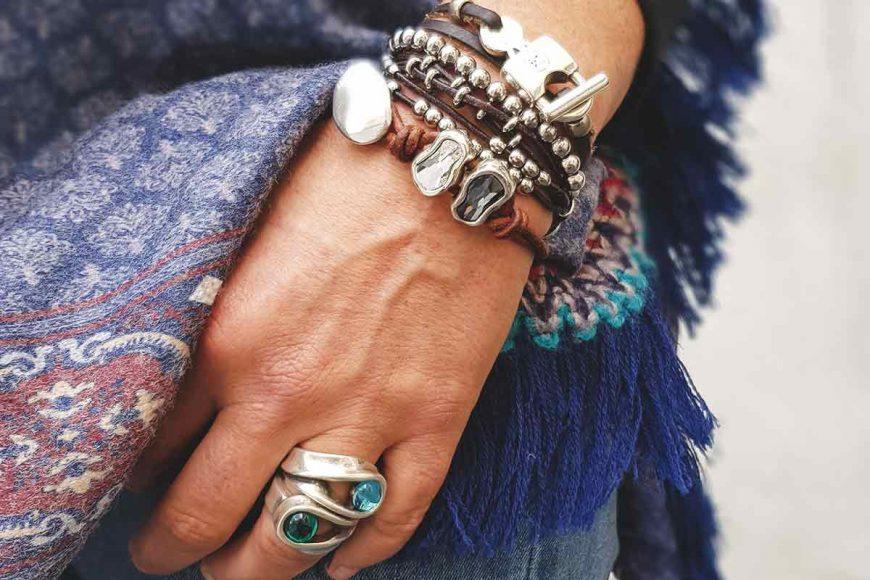 pulseras y anillo de bisutería